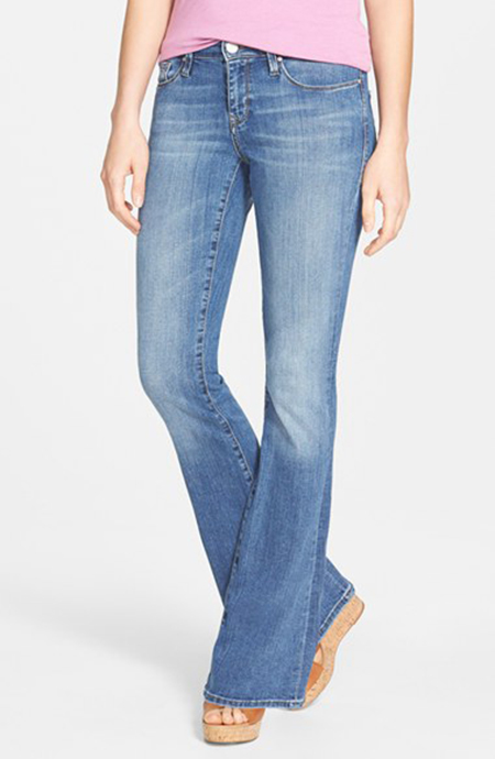 Слегка расширенные к низу джинсы