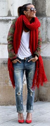 Рваные джинсы и обувь на каблуке