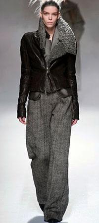 Широкие брюки и кожаный жакет